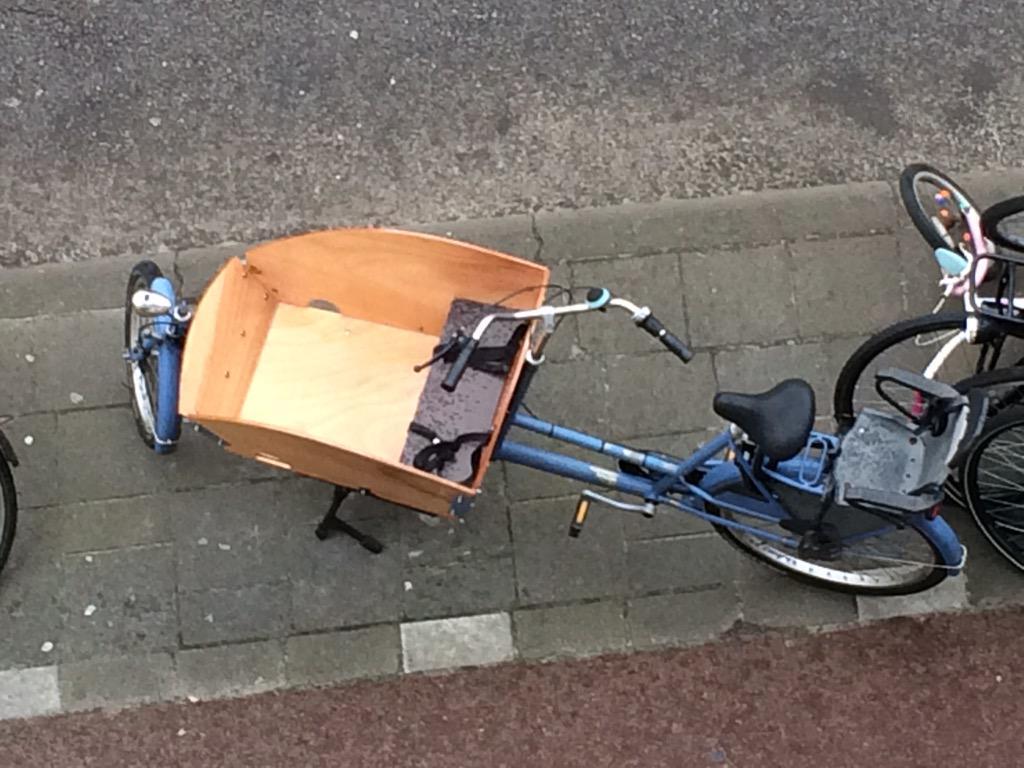 VERMIST: bakfiets. Lichtblauw, met licht houten bak. Vrijdagavond gestolen in Amsterdam-Oost. Heb je m gezien? Pls RT http://t.co/uXuSrf2BTY