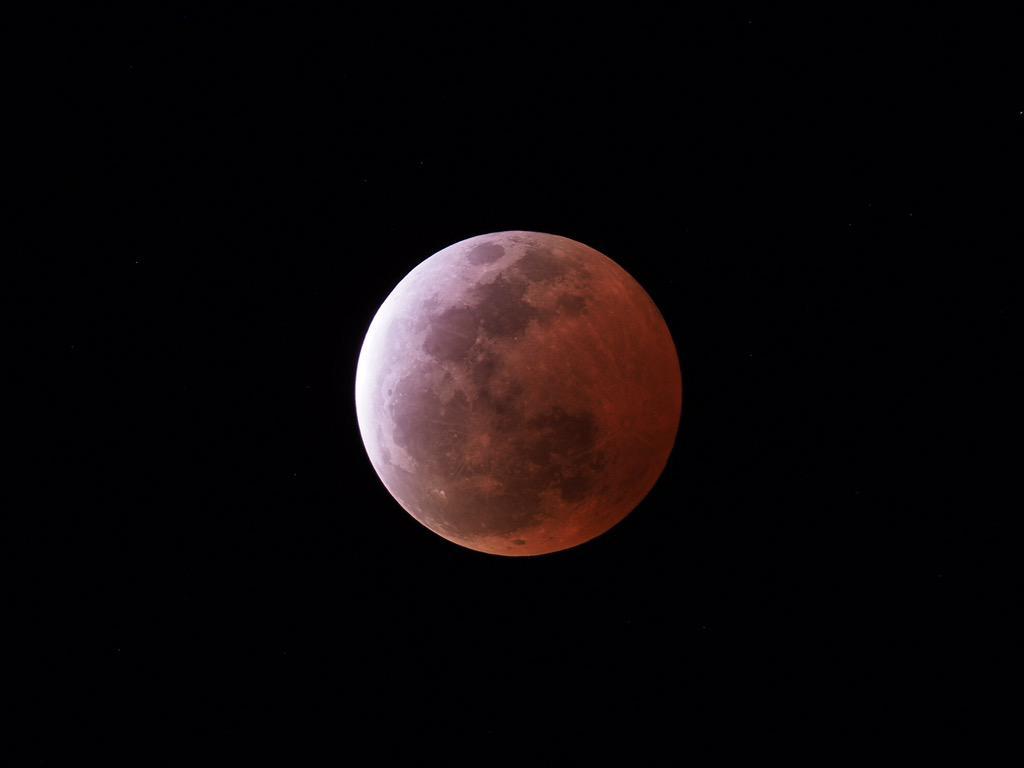 赤銅色の月夜. 月の女神がほほ笑んだ. http://t.co/neGOH3L7X2
