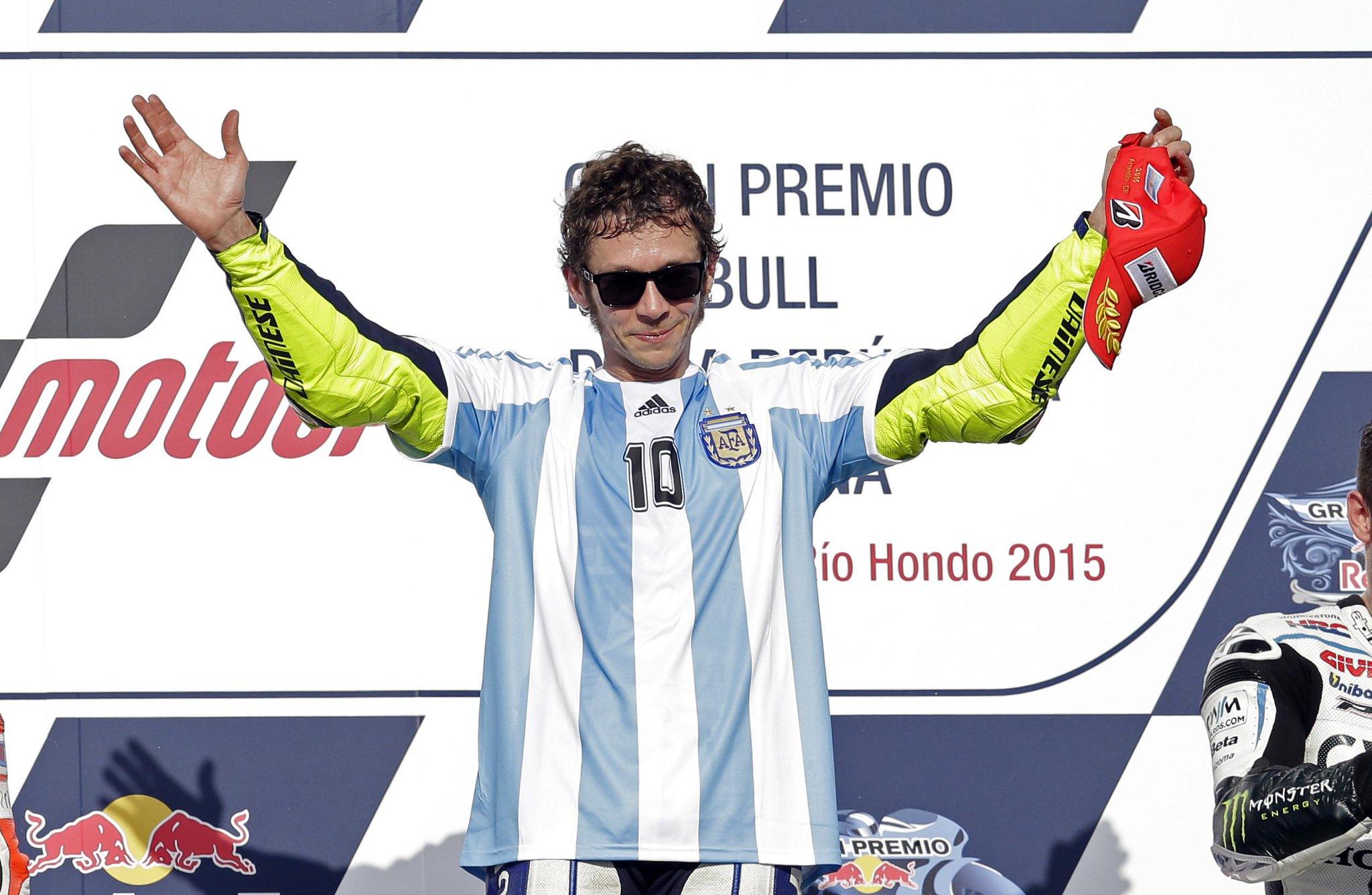 #rossi sul podio con  la maglia di Maradona: ma il bomber è lui: oggi ha vinto il 110 GP http://t.co/7HVQWBs1PO