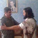 صور لأبي طلحة أمير داعش بدمشق بعد أسره مع قائد أمني للعصابة الأسدية و صورةبمكتبه وفوقه صور الطاغية #اقصفوا_المطارات http://t.co/bIkVYrAZyo