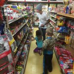 """""""@JeremyBieber: My kids in the candy store. Who looks like they are the most excited ?lol http://t.co/JDiNFnqzO7"""" es un bebito, posta♥"""