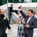 Шамиль Басаев дарит Иосифу Кобзону пистолет «за поддержку ЧРИ». Грозный, 1997 г. http://t.co/1OI93qYFfj