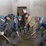 Лукашенко с сыном поработал на субботнике в Каменной Горке: http://t.co/hL3ToEFqeL http://t.co/08aMBUEZ7T