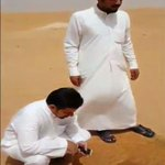 بالفيديو???? ذهبوا لرحلة في الصحراء #السعودية .لكن شاهد ماذا وجدوا وسط الرمال.سبحان الله المقطع http://t.co/dVwMlUI6LZ . http://t.co/sEGJWjvmgl