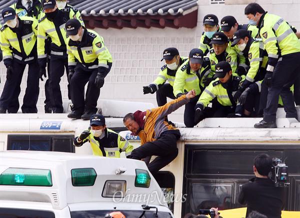 그날 배에서 아이들을 저렇게 배에서 밀어냈다면, 경찰이 저렇게 열심히 악착같이 최선을 다해서 배에서 아이들을 밀어냈다면, 그랬다면 아이들은 죽지 않았을 것이다. http://t.co/bU4cbpntGb