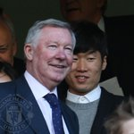 PIC: Ji-sung Park and Sir Alex Ferguson are among those looking on at Stamford Bridge. #mufclive http://t.co/UZceWPsXsr