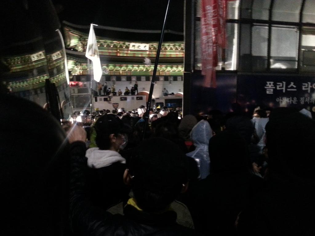 """광화문 광장. """"우리는 경찰에 둘러싸인 유가족을 두고 떠날 수 없다."""" 맨 앞에서 대치 중인 학생들의 함성. http://t.co/54rtQGQYfh"""