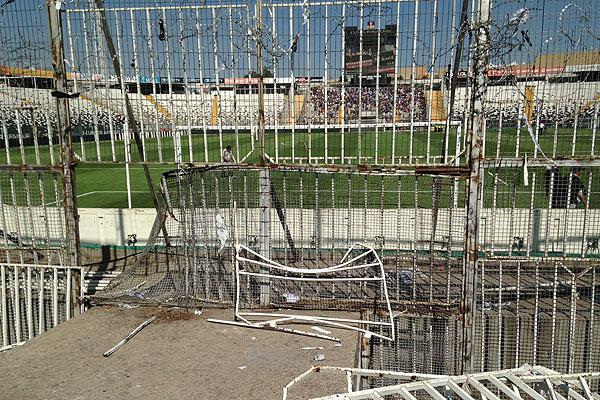 En la UC piden duras sanciones a Colo Colo tras graves incidentes en el Monumental http://t.co/T10PrM0aNT http://t.co/fMCjdKMLOr