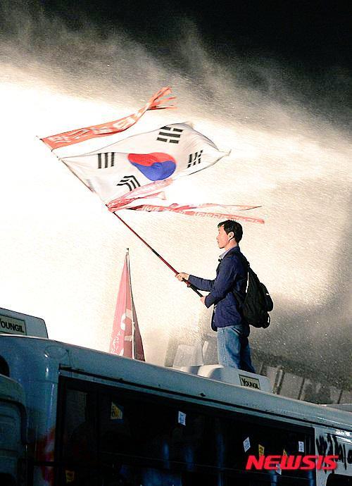 어제밤 이한장의 사진이 광주 민주화 운동을 보는거 같았습니다 가슴이 먹먹했습니다 http://t.co/ISZp1iEp5d