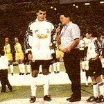 INOLVIDABLE: Chamaco dándole la bienvenida a José Luis Sierra en una Noche Alba #90AñosColoColo http://t.co/48k5TkAV9G