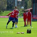 Con el pie y la cabeza: @BSchweinsteiger vuelve hoy a tocar balón. #FCBFCP #aporellos http://t.co/hES4SRL4w7