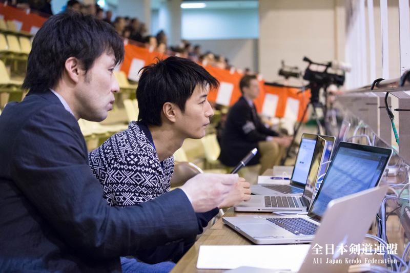 今日の八段戦中継は仮面ライダーギャレンの天野浩成さんがネット中継スタッフとして一緒に作業という面白い展開でした。天野さんは、リアルタイムにWebにスコアを反映する部分を担当。#kendo https://t.co/n2yMbGJBLX http://t.co/xakXYI07yP