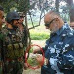 بعد فراره من #ادلب .. محافظ ادلب يظهر باللباس العسكري وهو يوزع المال على المرتزقة .😄 http://t.co/iHmthiIiVF