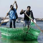 Un grupo de jóvenes desempleados de Gaza construyen embarcación con botellas de plástico. http://t.co/e3b8thgKoG http://t.co/0ciHtB9Sqk
