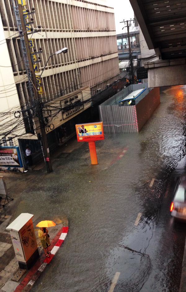 [09.32น.,8 เม.ย.] RT @Phitth บริเวณ BTS พญาไท น้ำท่วมถึงฟุตบาทแล้ว    http://t.co/qCGTQS8MPq #thaiflood http://t.co/rJ6F4p7bPs