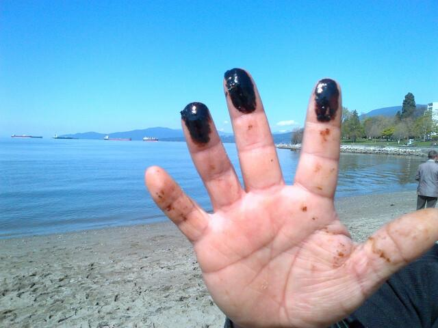 Story tonight: Oil spill in a Vancouver bay is reportedly coming from a moored ship and is worse than first reported. http://t.co/D6Rq7o7Ckl