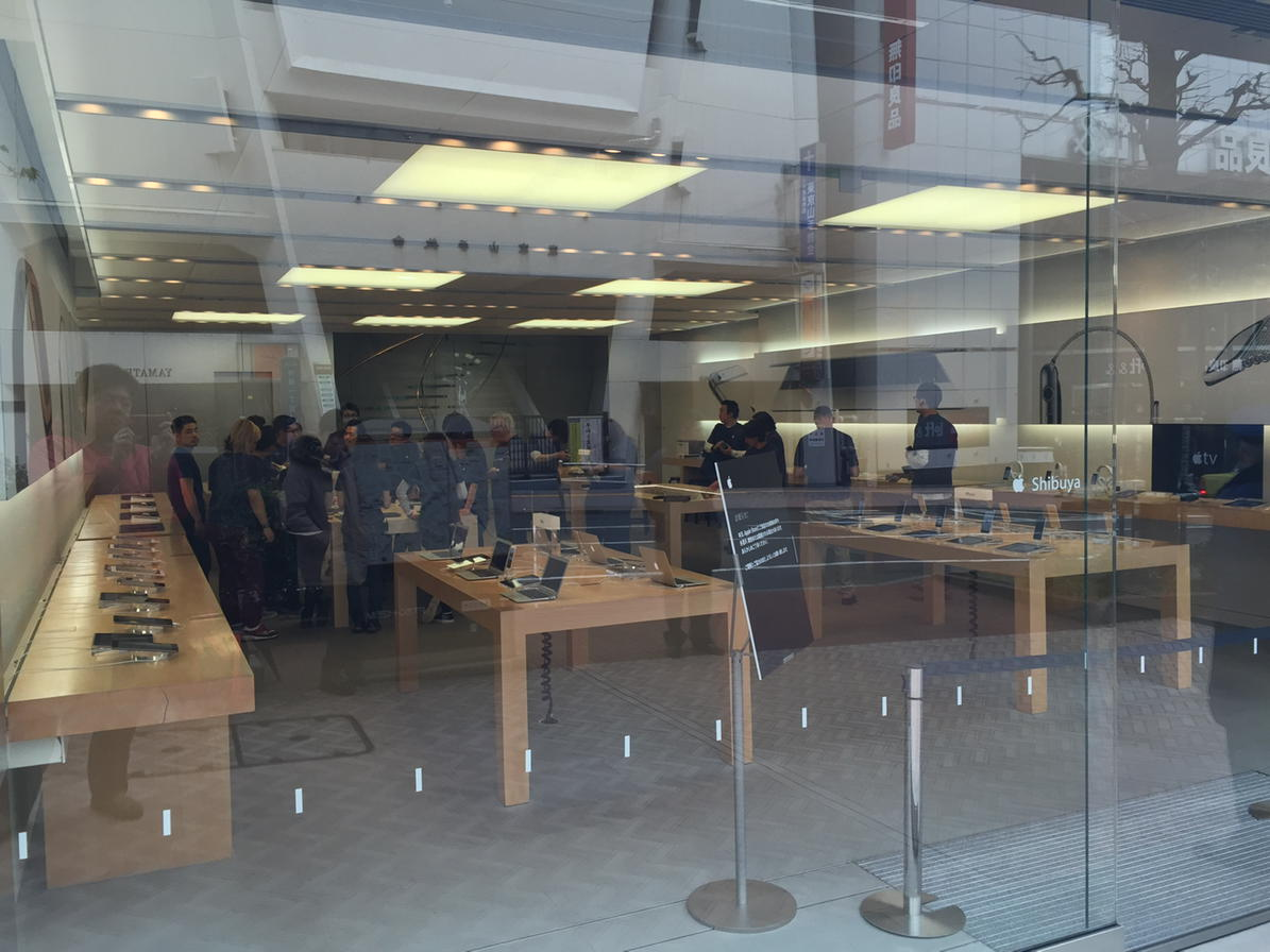 渋谷Apple Storeに到着。並んでいるのは4名。9時からの試着には余裕で間に合いました。そしてMacBookは、今日は展示も販売もしないそうです。うーん残念。 #AppleWatch #MacBook http://t.co/krUU1VTtMc
