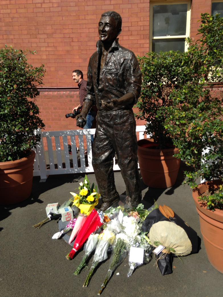 Flowers laid in tribute at Richie Benaud's statue @scg http://t.co/yhTlaEmCoj