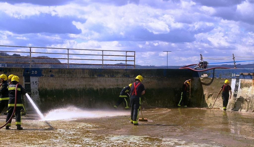 #Brixham Fire crews repaint Shoalstone outdoor #swimming pool on Saturday 18 April http://t.co/yHmHfIIwwY @CFOAfire http://t.co/IRwKIbEJBc