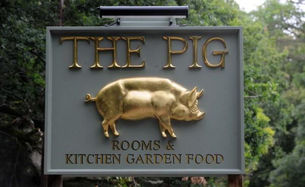 WIN A NIGHTS STAY @the_pig_hotel Follow & RT  to be entered into draw! #competition http://t.co/ph6PenVZ4h *24h April http://t.co/HrH33mokMS