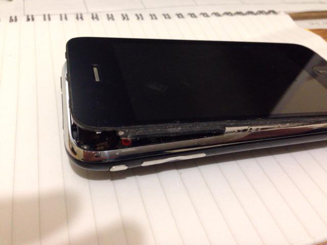 久しぶりにiPhone 3Gを充電したら爆発した… http://t.co/suWgDtrbwm