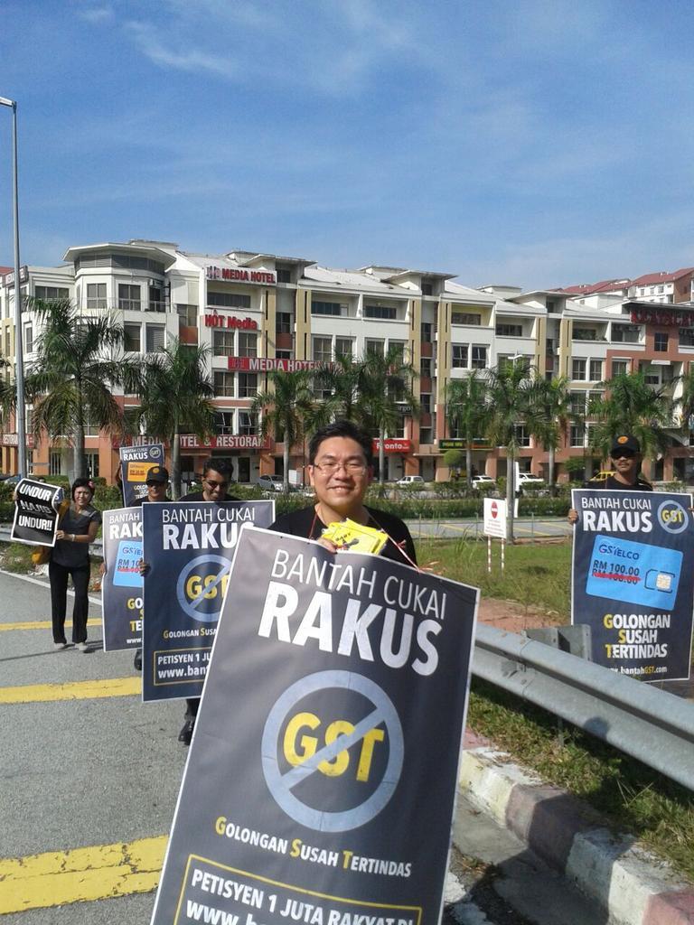 GST Rakus! #BantahGST di Tol Damansara @simtzetzin @milosuam @mohdfadel_ @mawarfariz @PutraREFORMASI http://t.co/J0KrA1BbOW