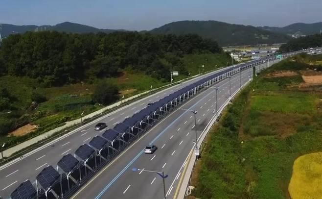 Bike lane down center of #Korean highway is covered with #solarpanels http://t.co/NBQEKV2VSz Seen this @DIYGene? http://t.co/WhqtJktnhR