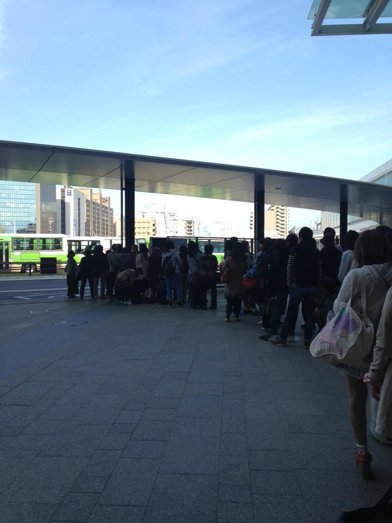 富山ー金沢の高速バスが始発の富山駅前でこの行列なんだけど、あいの風とやま鉄道とIRいしかわ鉄道はどんな顔して見てんだろうね… #金沢 #富山 #kanazawa #toyama http://t.co/7LjZzztpjE