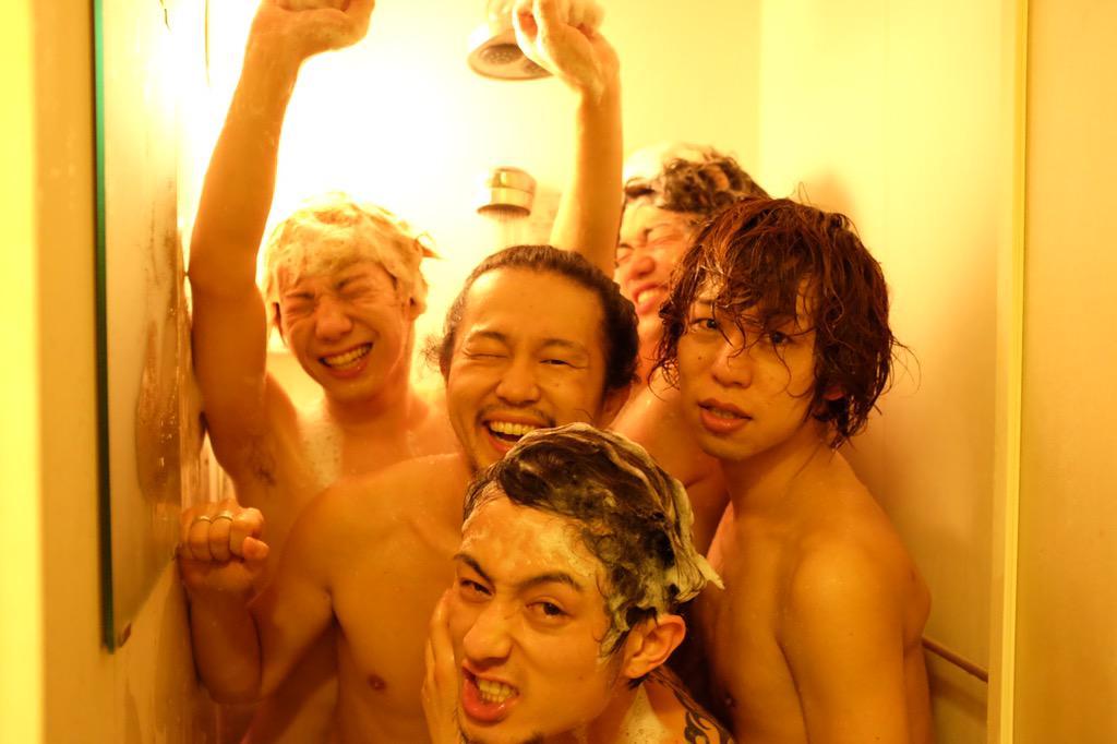 ラストのMONSTER DANCE を終えてそのままシャワールームにぶっ込んで行ったKEYTALK & TOTALFATでした。滋賀最高!ありがとうございました‼︎ #シュンカメ #修学旅行感 #NGショット多過ぎ http://t.co/qwYz5pnril