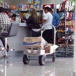 En Vzla, hacen cola para comprar alimentos pero Winston, en Aruba, compra de todo si hacer cola. #SomosPatriaGrande http://t.co/d3OU3h8Yle