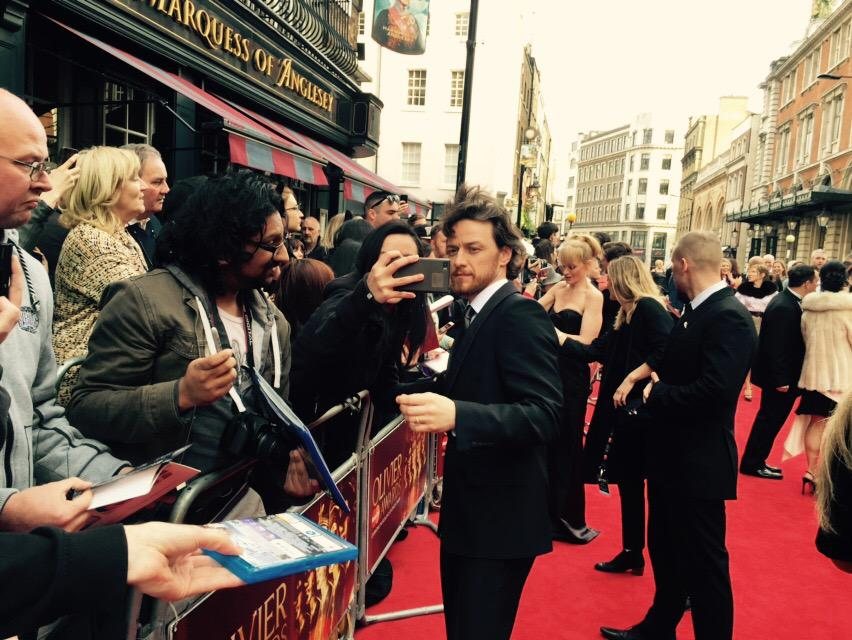 James McAvoy taking selfies with his fans #Oliviers http://t.co/qpkMbBXgLW