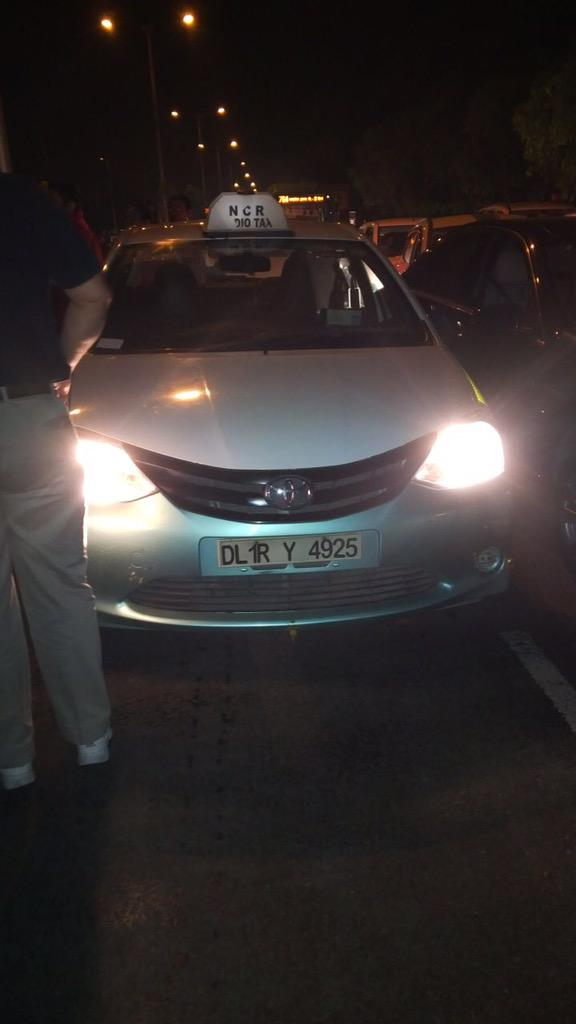 Please RT- This taxi driver is in a fist flight with a couple in Corolla. The guy in bleeding. @dtptraffic @MeruCabs http://t.co/D3BUZVBFcU