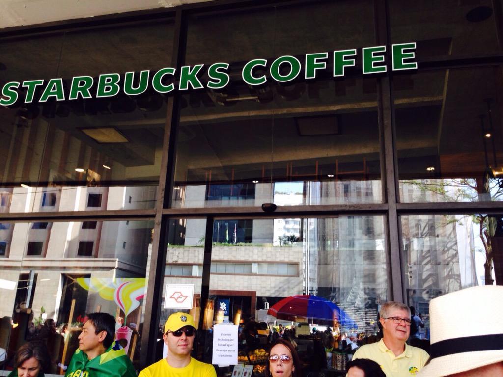 """Manifestantes tentam, em vão, ir ao Starbucks da Paulista. Placa diz: """"Fechado por falta de água"""". #vejaspaovivo http://t.co/5OIZKwglZA"""