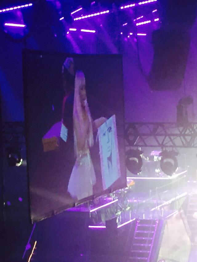 So @TreySongz just ran on stage to give Nicki a painting I did of her