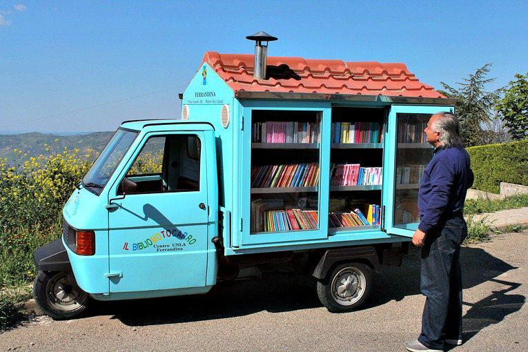 El Bibliomotocarro del maestro jubliado Antonio La Caba, que recorre los pueblos de Basilicata http://t.co/naYmPWWCMU http://t.co/cjavHBLUPF
