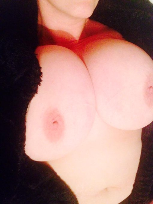Happy #TitwankTuesday y'all! It's going to be a sunny one: make the most of it! #BigNaturals #Boobs #HeavyHangers