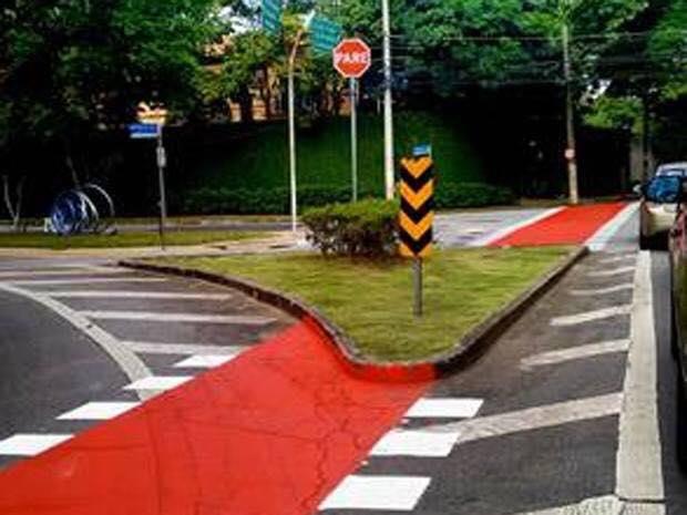 Tinha um canteiro no meio do caminho- Mais uma prova da falta de planejamento nas ciclovias de São Paulo. http://t.co/1PtHLwFjHZ