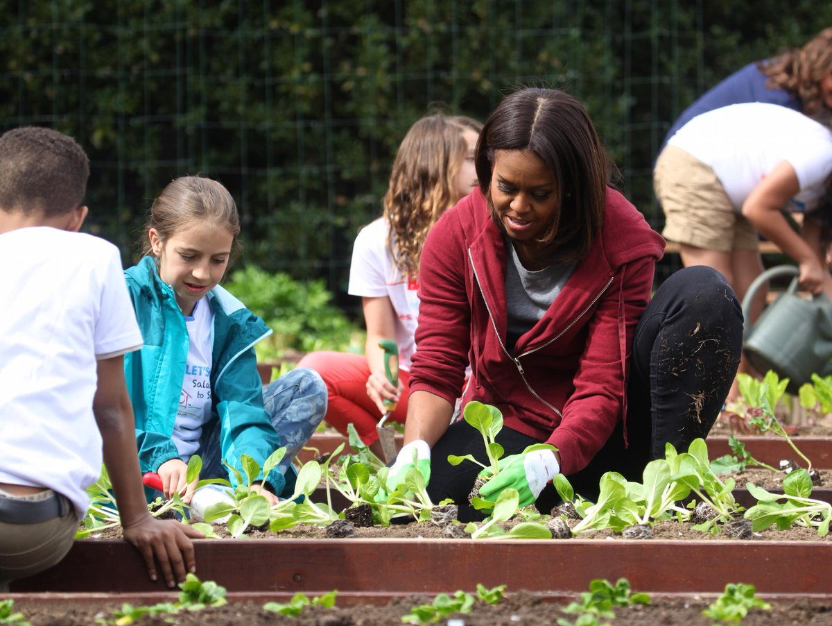 .@FLOTUS & her helpers plant pak choi during today's @WhiteHouse Kitchen Garden Spring planting #GimmeFive http://t.co/W1j7Ywbswj