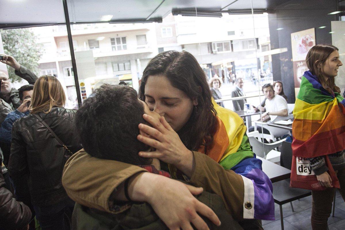 Protesta en una cafetería de BCN que expulsó a unas lesbianas por besarse http://t.co/nWl72E7iZi @camilo_baquero http://t.co/8zR0UcimVx
