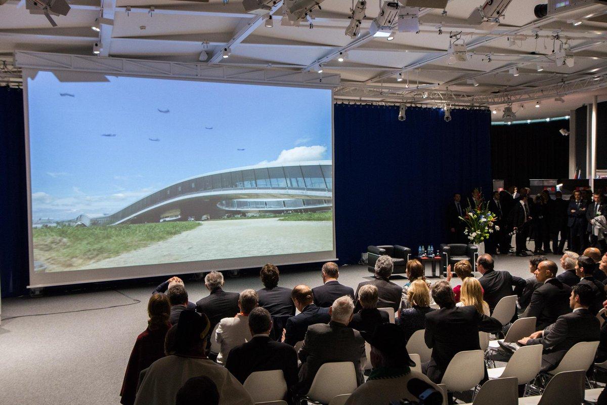 Visite présidentielle de @fhollande à l'EPFL, passage au Rolex Learning Center après la visite du @EPFL_Park http://t.co/JrzIsJ4Dyi