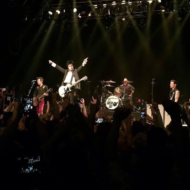 Show pertama Green Day setelah setahun lebih ada yg sibuk syuting, sibuk berkeluarga dan lain2!!!! x) http://t.co/TbHI5qmwCo