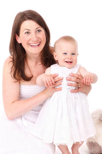 Public Domain Pictures.net. Мать и дочь улыбается.