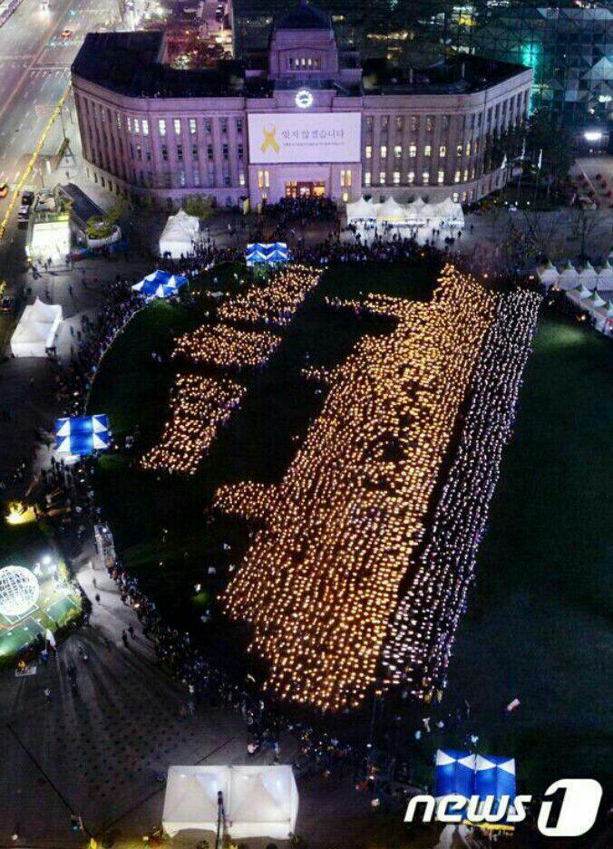 """방금 세상에서 가장슬픈 도전, 4475명의 촛불이 기네스북 기록을 세웠습니다.  정지된 상태로 10분간 지속된""""사람이만든가장거대한촛불형상""""세상에서 가장 슬픈 세계기록이 세워 졌네요. http://t.co/pf9cTTUsl7"""