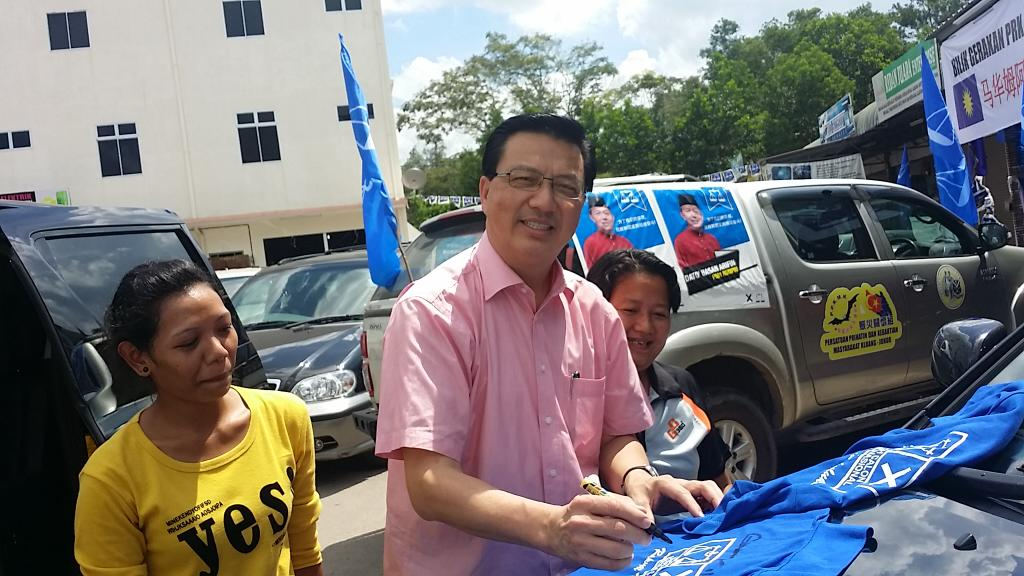President Mca DS @liowtionglai being asked to sign his autograph by some orang asli in Rompin by election  #Mca4all http://t.co/yjbkQhW9nS
