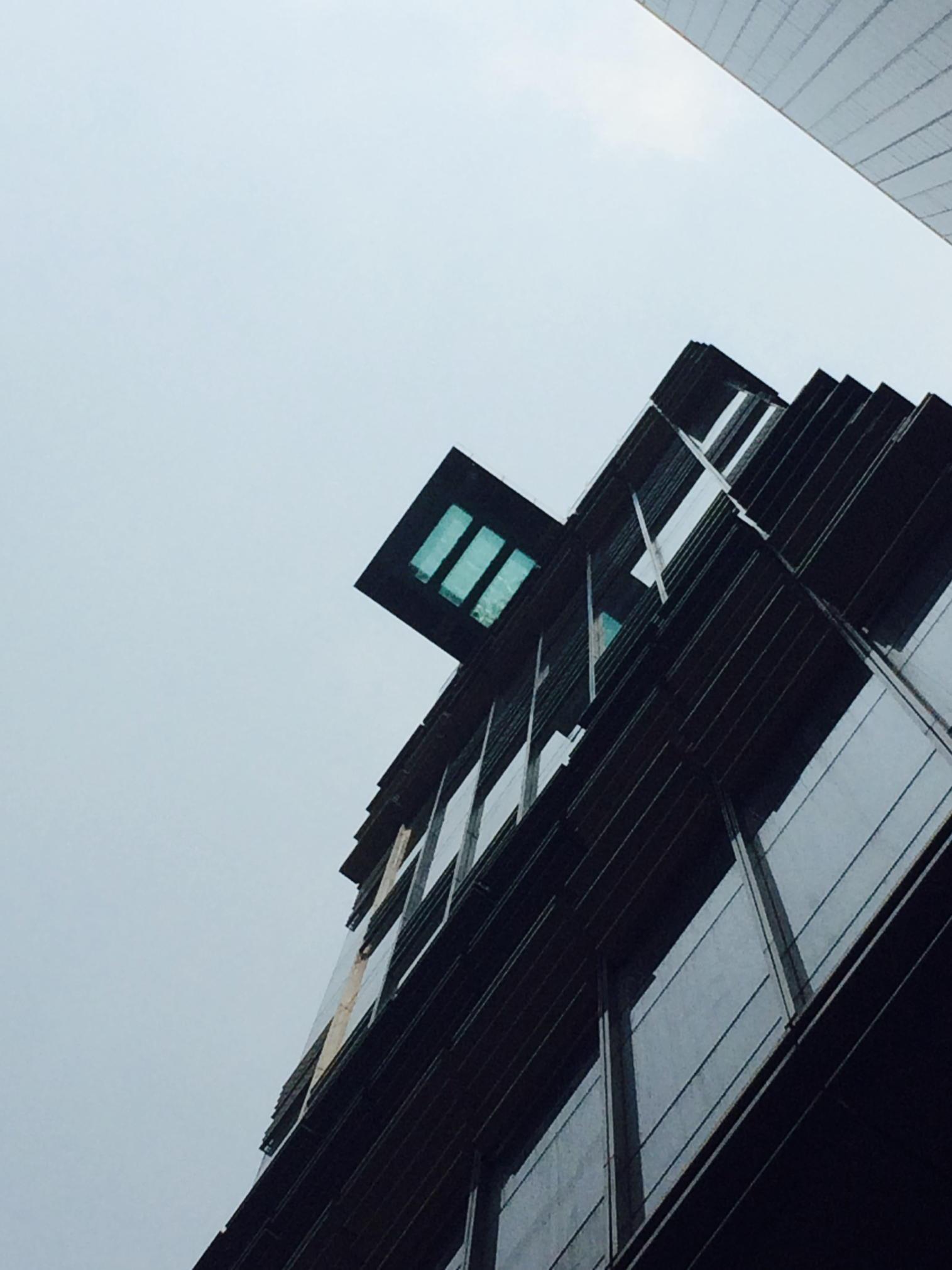 En wat zou de waarde van dit dak zijn? iig onbetaalbaar om daar te mogen zwemmen.. #dakwaarde in beeld in #HongKong http://t.co/uHudthy92O