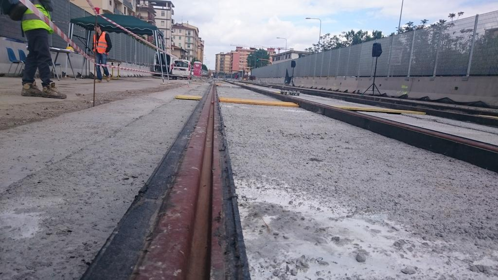 "I nuovi binari della #tramvia di #Firenze assalite dal circo mediatico @comunefi @DarioNardella http://t.co/f7m8XvwIjA<a target=""_blank"" href=""http://t.co/f7m8XvwIjA""><br><b>Vai a Twitter<b></a>"
