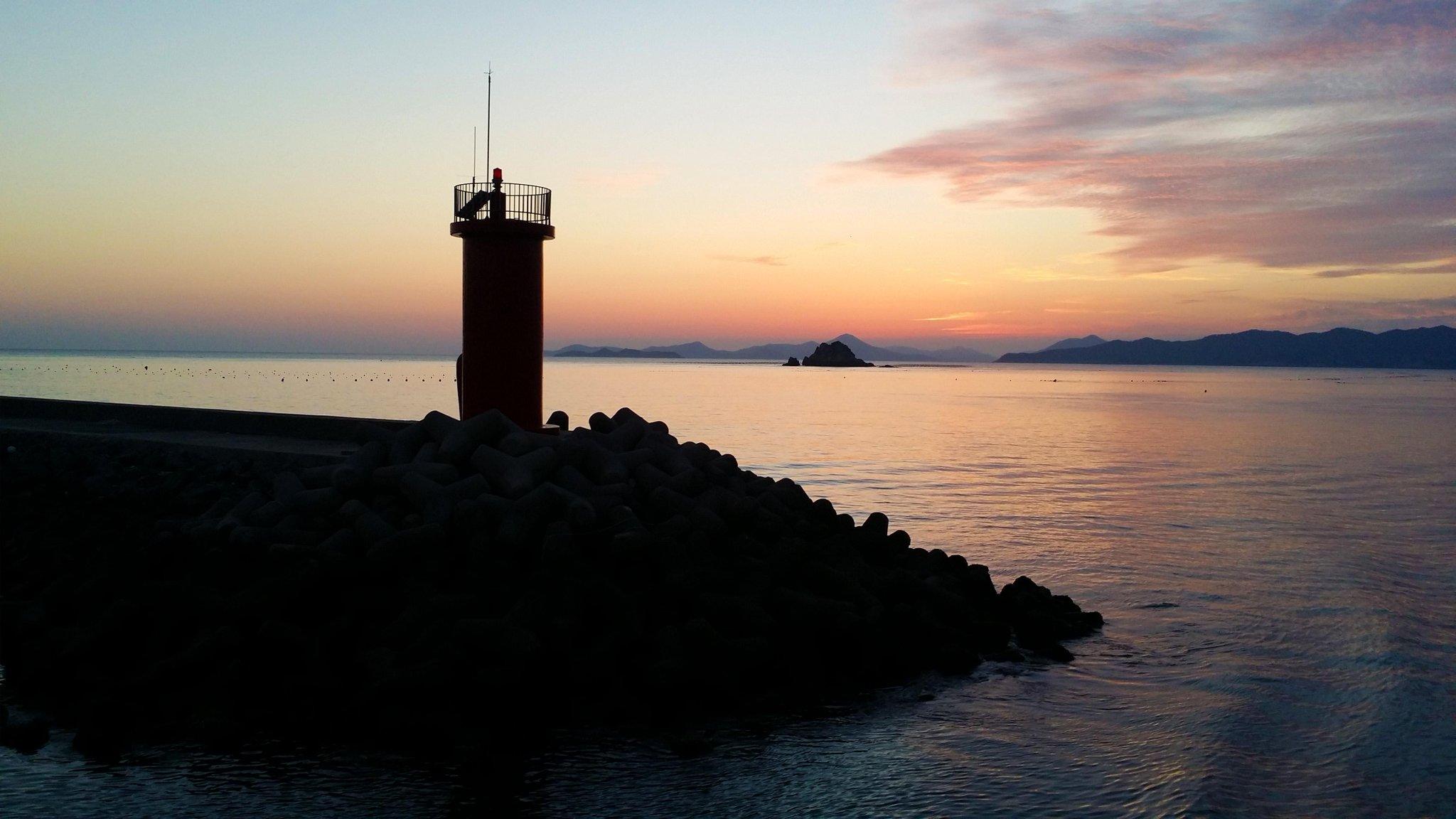 한적한 섬에 외로이 서있는 #완도 #청산도 등대. 저녁무렵 붉게 물든 하늘과 어우러져 더욱 쓸쓸해보이네요. 오늘은 청산도에 가서 등대의 친구가 되어주세요. #내일또만나요 http://t.co/yEd8NOXUWc