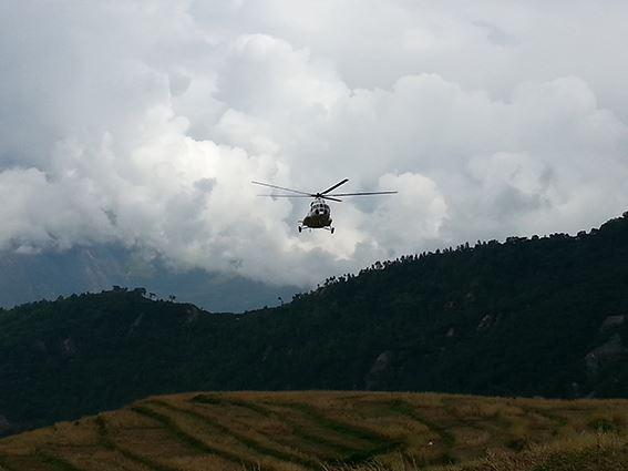 【ネパール地震】大雨の中、国連WFPは被害が深刻なゴルカの村に、ヘリで米4トンを届けました。今後3ヶ月間、山間部など孤立しがちな地域で140万人に食糧支援を行います。ご支援をお願いします。http://t.co/kxZBfdrbhk http://t.co/YgvE5gRH08