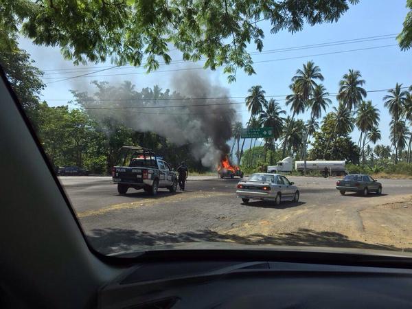 #AHORA También hay bloqueos y quema de vehículos en #Colima; reportes en Cuauhtémoc, Tecomán y Manzanillo http://t.co/l7PDy3MUbt