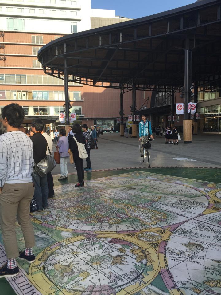 人集りで見れない大道芸を自転車を使い覗こうとするめっさ笑顔のsou君 http://t.co/cSzaHZei4Z